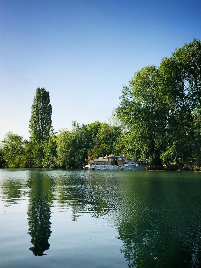 Verdoyante et calme, la nature qui borde la Marne rend les balades en paddle très agréables.
