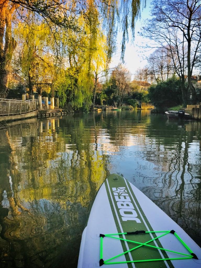 En paddle, sur le canal de Polangis, à Joinville-le-Pont, dans le Val-de-Marne.