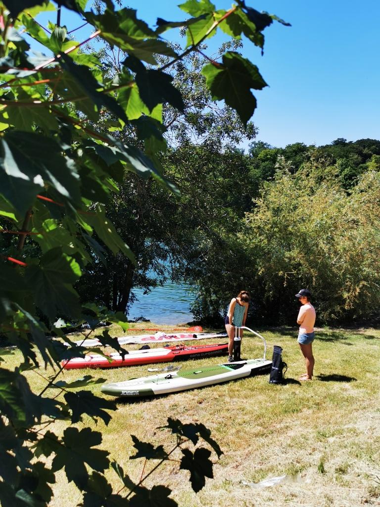 En paddle sur la Seine près de Fontainebleau, sur les bords du fleuve, à Vulaines-sur-Seine