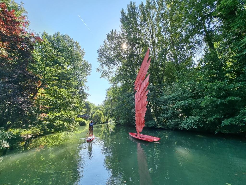 Une structure artistique flottante du Moulin jaune, à Crécy-la-Chapelle